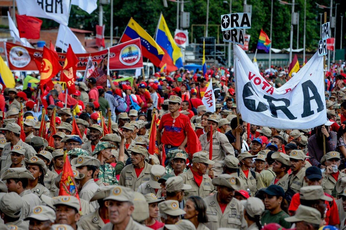 Valitsuspartei paramilitaarse organisatsiooni liikmed 17. detsembril Caracases