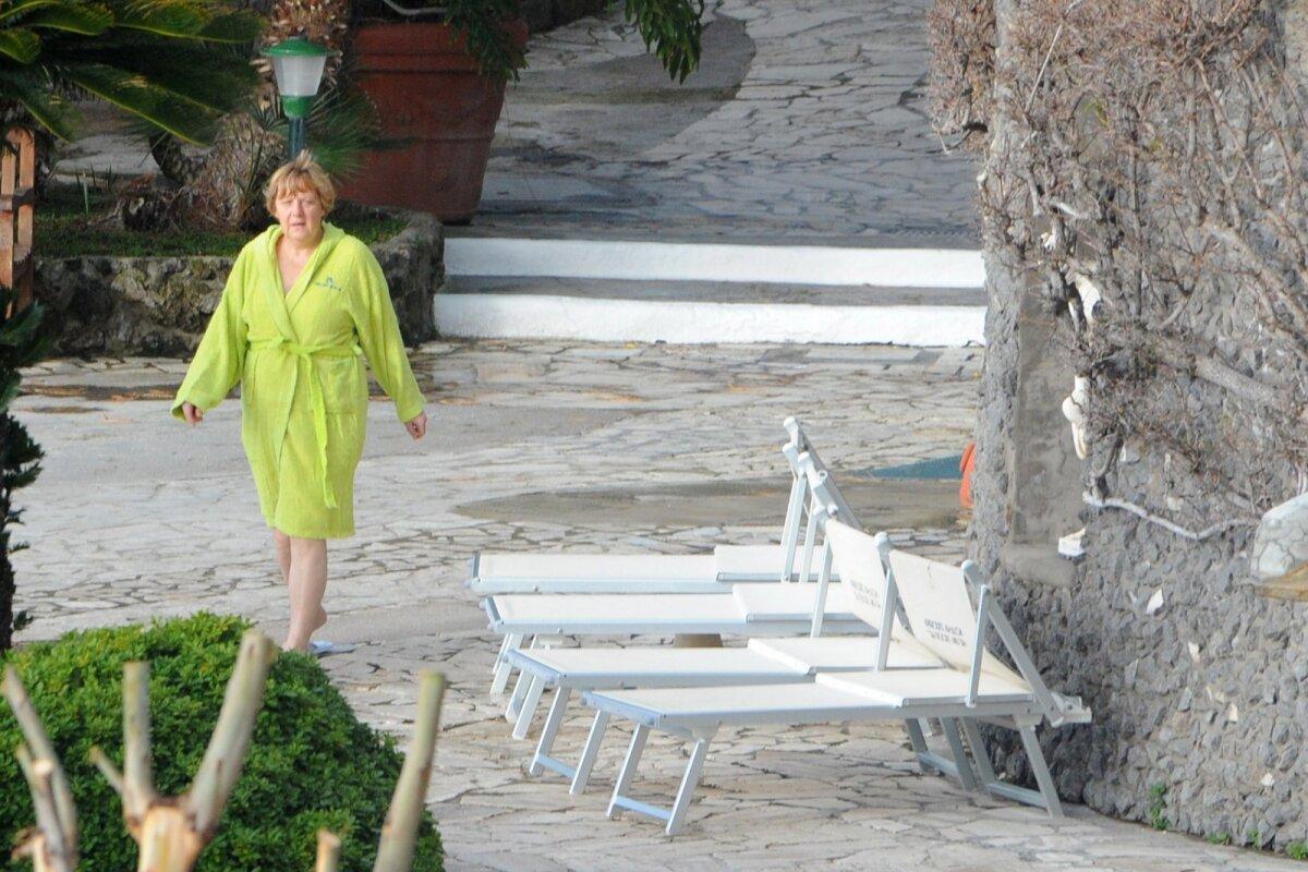 Ангела Меркель в термальных ваннах Афродиты на южном острове Искья (Италия)