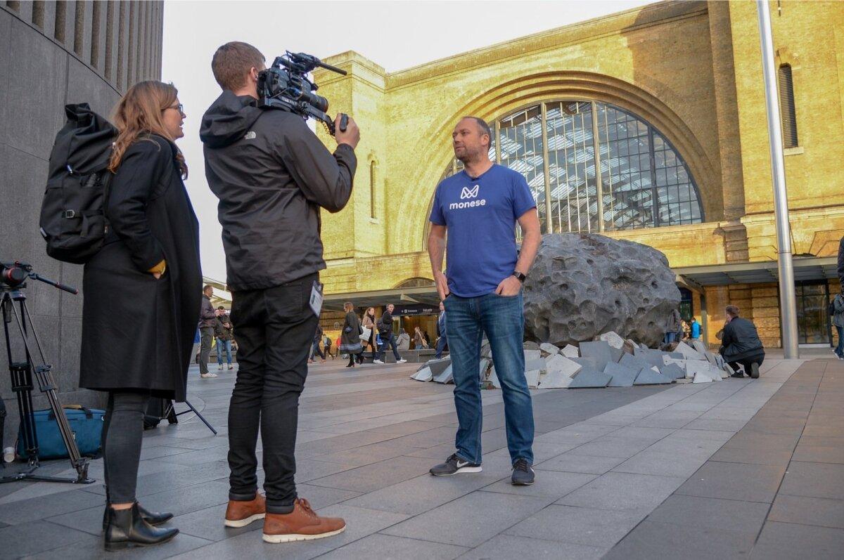 BREXITI METEORIIT: Monese paigutas Londoni rongijaama ette meteoriidi, et hoiatada - kui Suurbritannia lahkub Euroopa Liidust, ei saa nad kosmoseagentuurist langeva meteoriidi kohta piisavalt vara infot. Laiemalt: Brexit halvab Suurbritannia.
