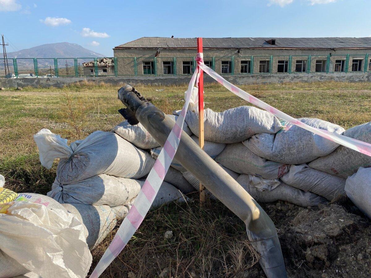 На школьном футбольном поле до сих пор лежит часть не разорвавшегося снаряда
