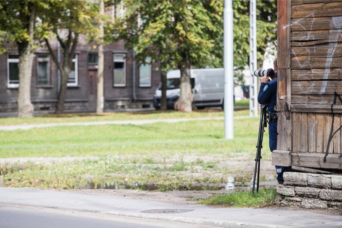 Nii pildistab PPA välijuht roolikeerajaid, kel käes või kõrva ääres mobiiltelefon. Pärast rikkumise tuvastamist edastab välijuht informatsiooni kolleegidele, kes suunavad õige auto liiklusest eemale suunavad ja hakkavad rikkumist menetlema.
