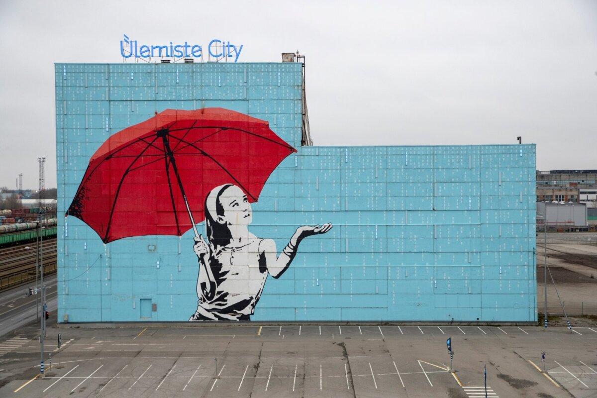 """Ülemiste Citys asuv seinamaaling """"Ülemiste tüdruk"""" kujutab tütarlast vihmavarjuga binaarvihmas. Vihm koosneb 1560 ühest ja nullist, millest on välja loetav osa Debora Vaarandi luuletusest """"Ülemiste vanake ja noor linnaehitaja"""". Pildi maalimiseks kulus üle 800 liitri fassaadivärvi. Kavandi autor on Indrek Haas."""