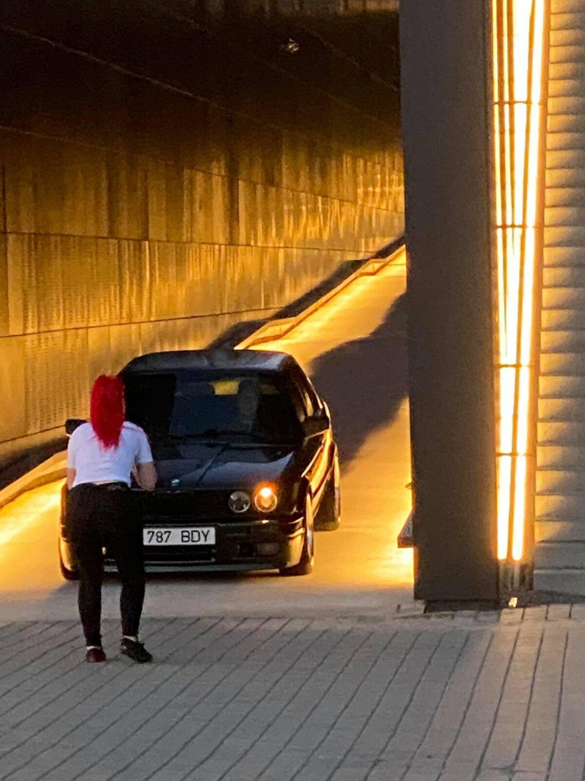 Rikkuja tegi kommunismiohvrite memoriaalis autoga fotosessiooni