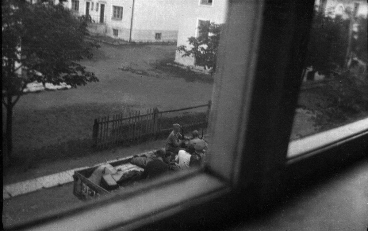 """Kaljo-Olev Veskimägi. 15-aastase poisina salaja """"Agfa"""" kaameraga tehtud foto oma korteri aknast Maisi t Pelgulinnas 1945. aastal. Hoovis toimub inimeste ja nende asjade laadimine veoauto peale. Foto saadud Peeter Linnap-ilt."""
