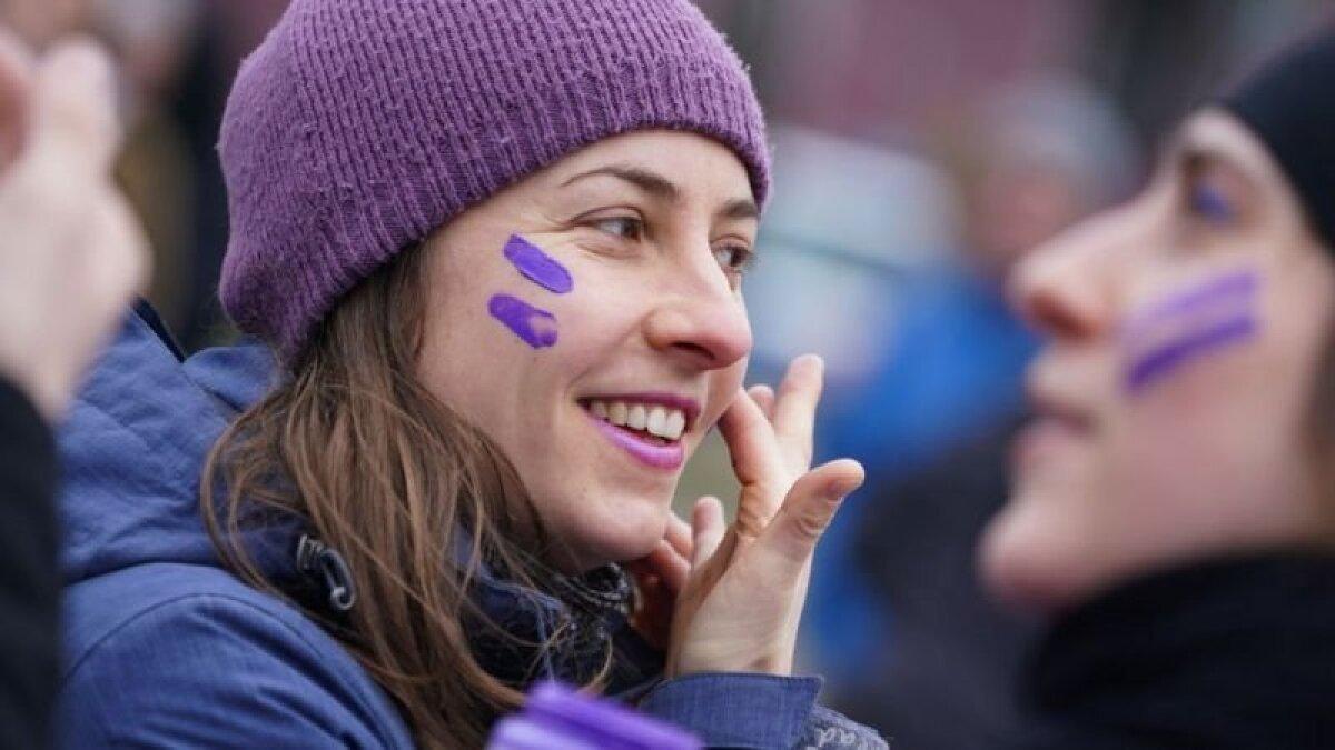 Цветом Международного женского дня часто называют фиолетовый, поскольку он символизирует достоинство и справедливость