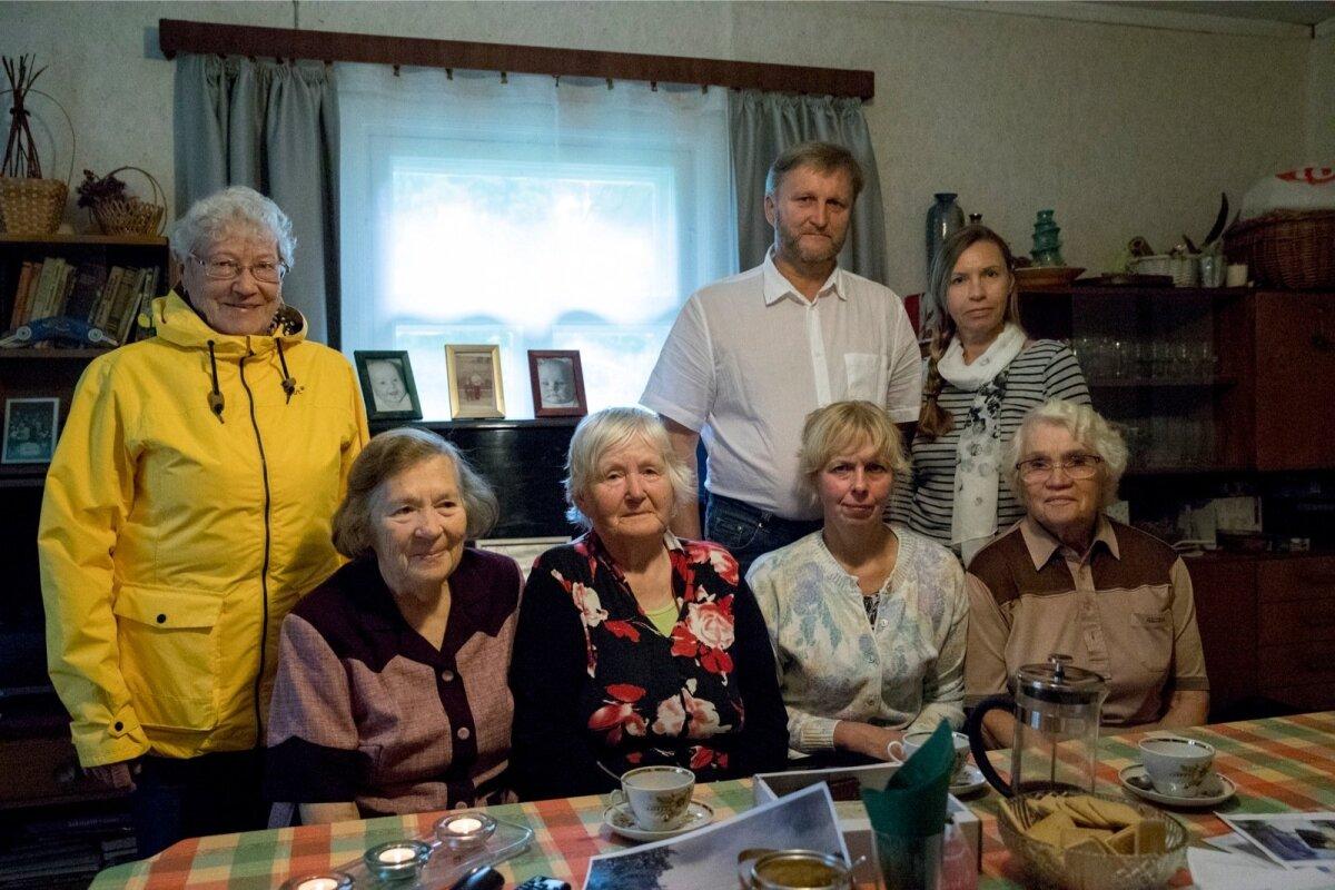 Külarahvas tuli kokku, et meenutada kivi ja lahingu lugu. Vasakult Valve Saat, Urve Sork, Helga Leesnurm, Ülle Tislar ja Ilse Maidla; seisavad Urmas Leesnurm ja Aimi Hõim.
