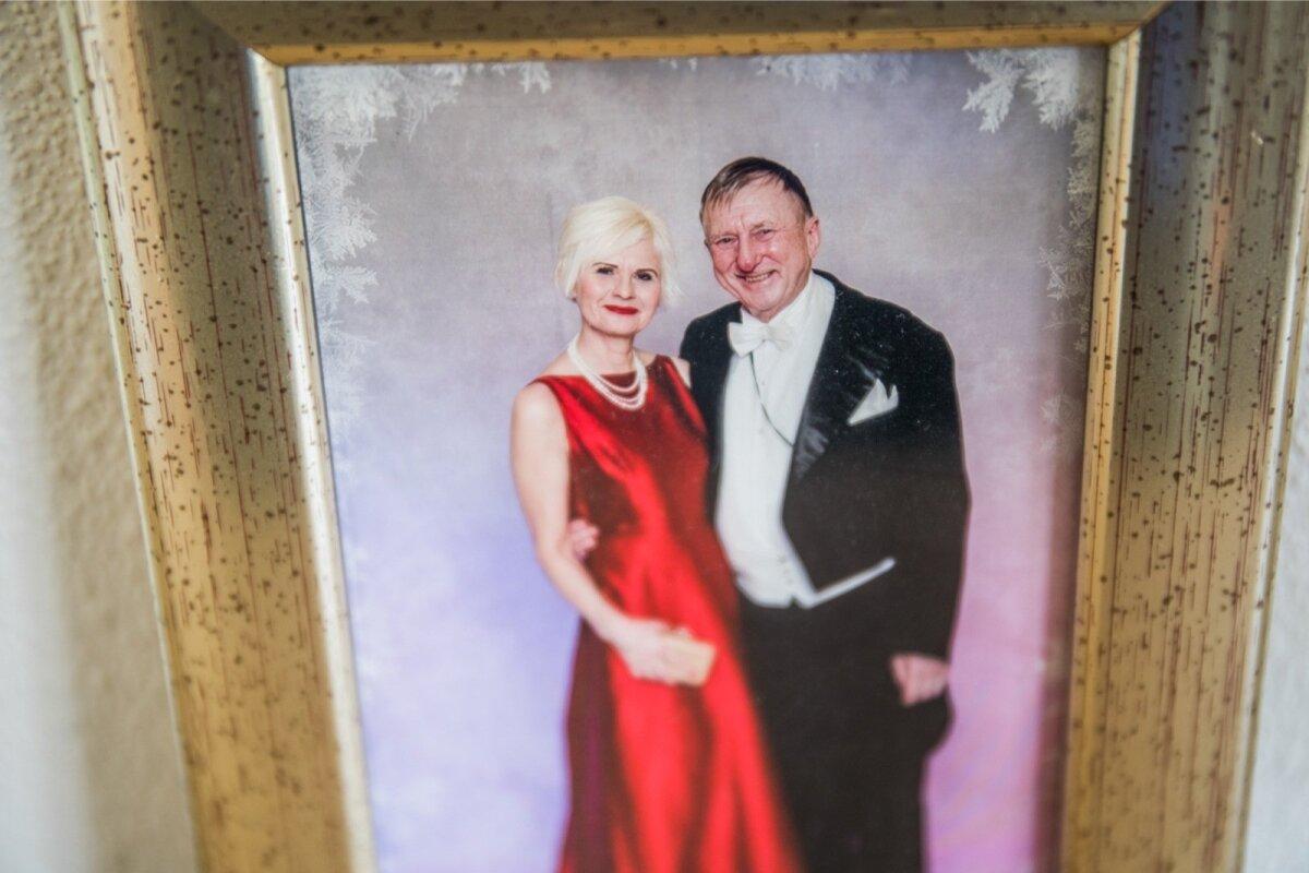 Enn ja Ann Meri foto raamituna Rahuste kodu seinal.