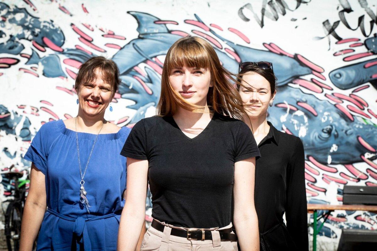 """Vasakult: Küllike Joosing, Liisa Hõbepappel ja Triinu Arak. Joosing nendib, et on erakordne, kuidas Tormise kompositsioonitehnika ja rahvalaulu sümbioos kõnetavad kuulajat ning inspireerivad esitajat. Teoste temaatika inimlik lähtepunkt on see, mis kõnetab ülemaailmselt. Hea näide sellest on """"Raua needmine""""."""