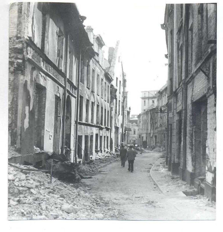 Vana-Posti tänav pärast pommitamist. Täna taamal paremal Sõpruse kino.