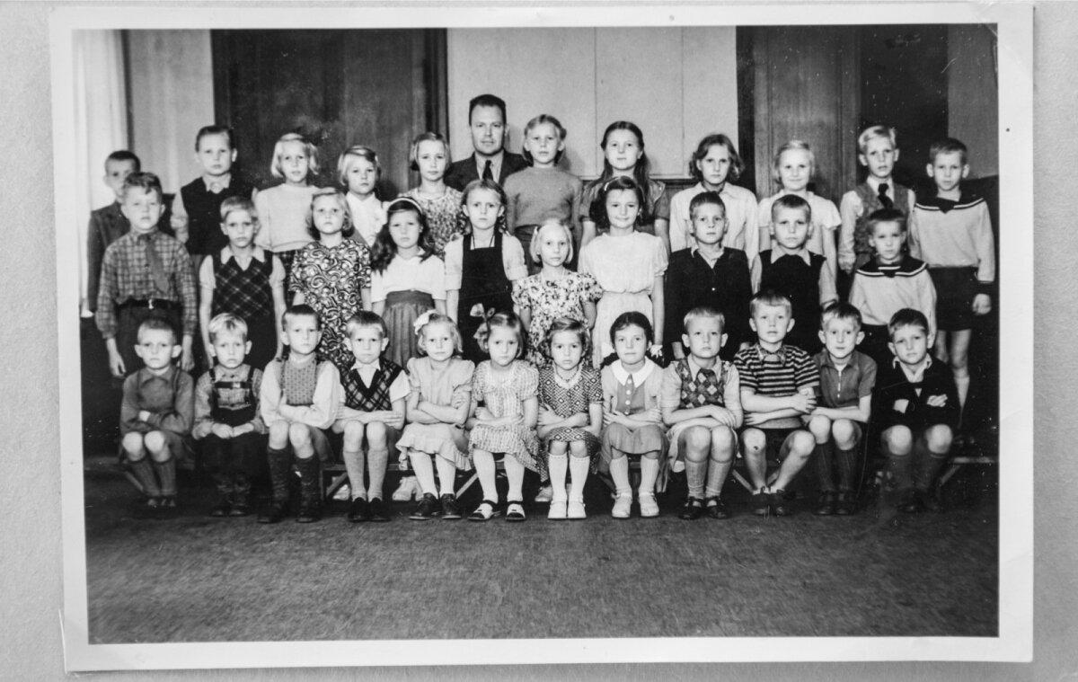 Enn Meri (esireas paremalt teine) Helsingbori eesti koolis.