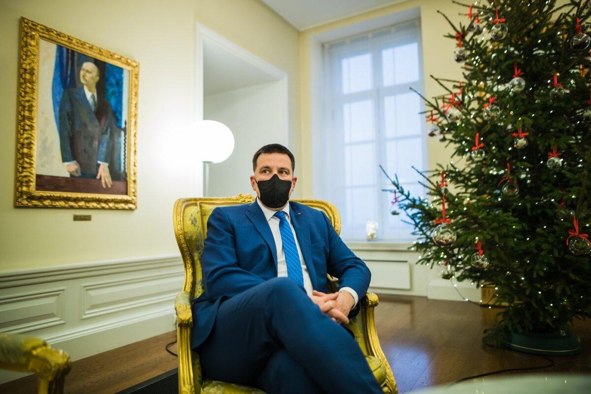 Sinine ülikond sinise lipsuga, jalg muretult üle põlve. Sõnumiks on, et Ratas on tõsine mees, kes oskab samas ka vabalt võtta.