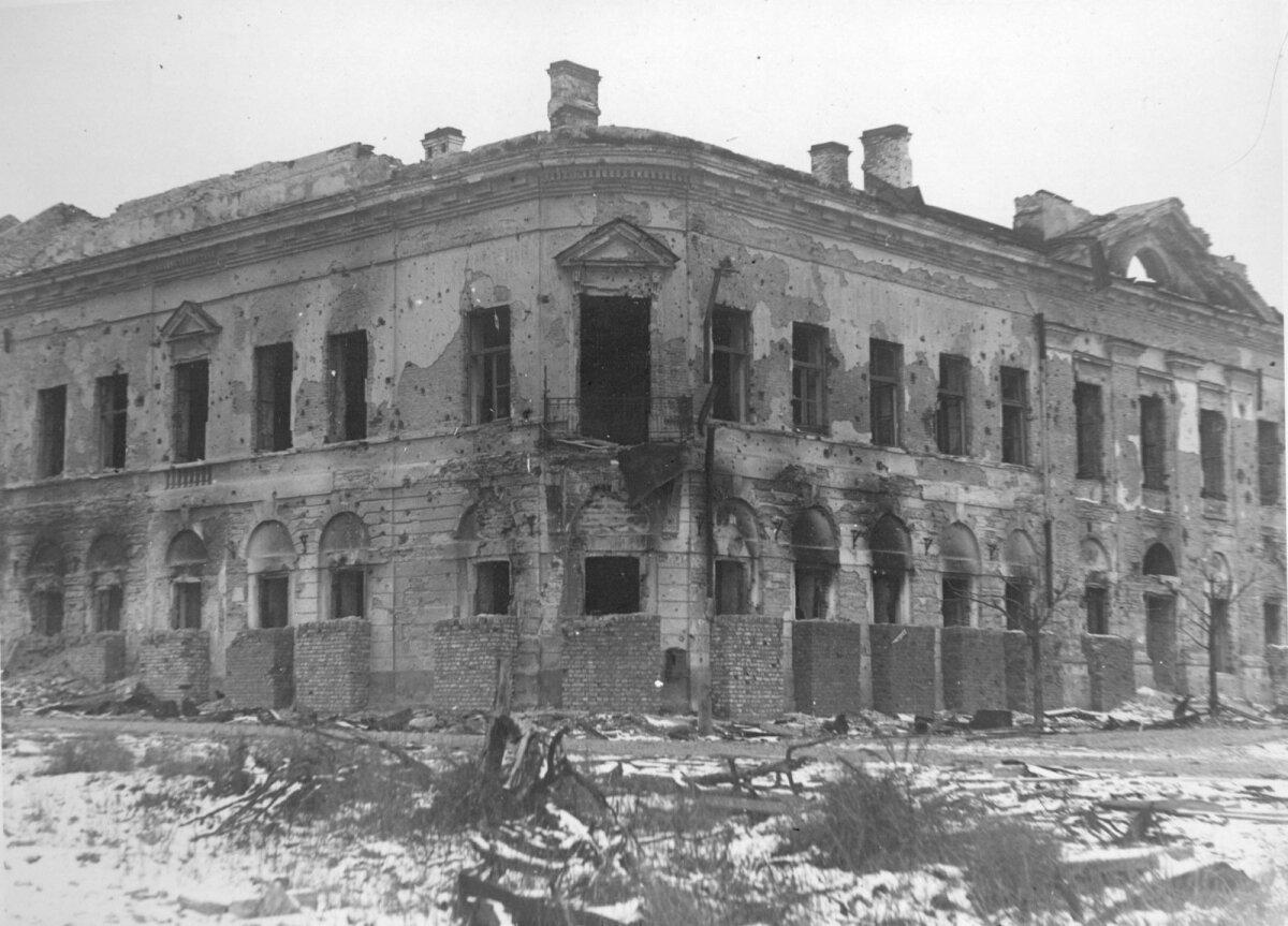 Kommertsgümnaasiumi hoone esikülg Narvas, 1944/45.aastal