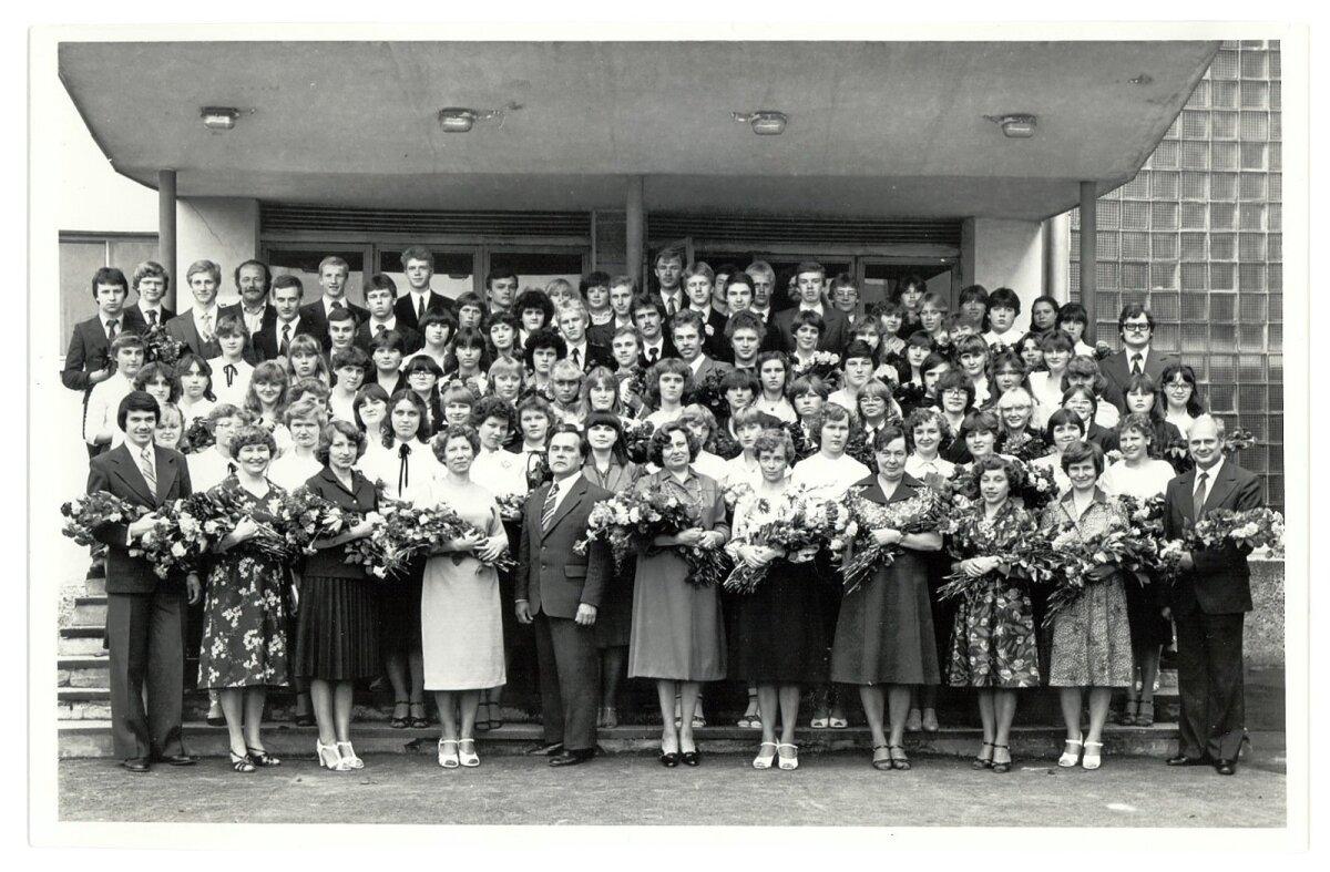 KOOLILÕPUFOTO: Aivar Rehe (keskel üleval) lõpetas Kohtla-Järve 1. keskkooli 1981. aastal.