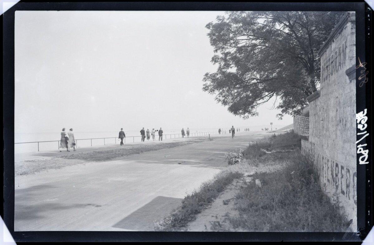 Pirita tee ehitamine, millega tehti algust 1926. aastal kaotas Maarjamäe lossi trepistiku ja mere vahelise otseühenduse. Jalutajad Pirita teel 1930. aastatel.