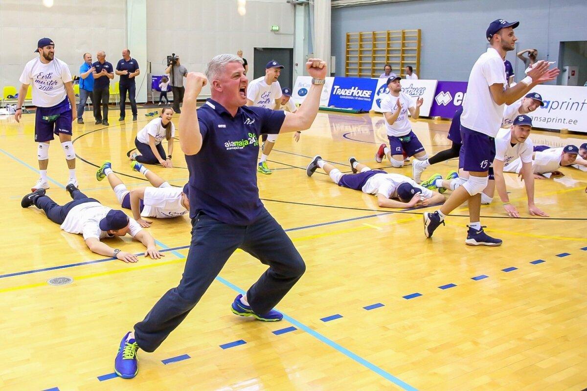 Saaremaa mängijad tänamas publikut, esiplaanil rokib treener Urmas Tali.