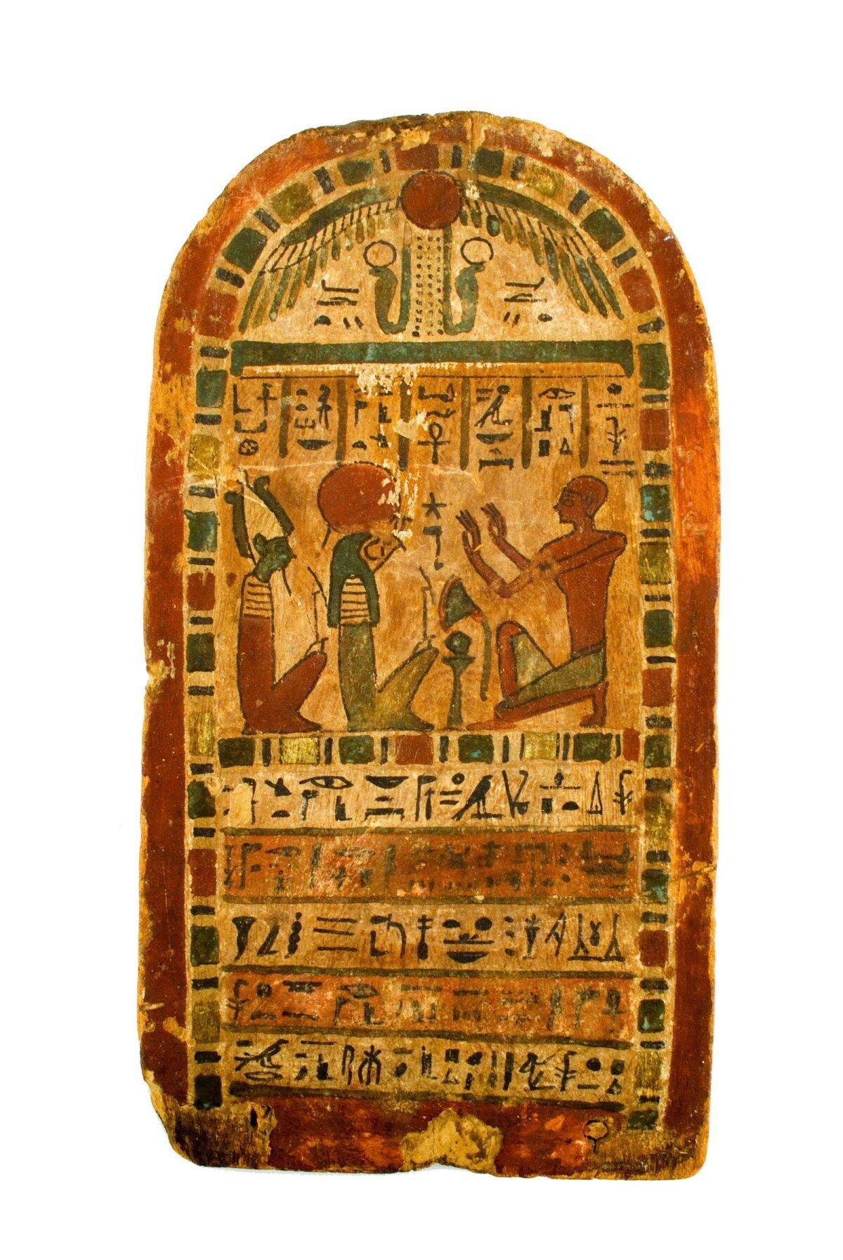 Деревянная стела высотой около полуметра из гробницы жреца Падихонса