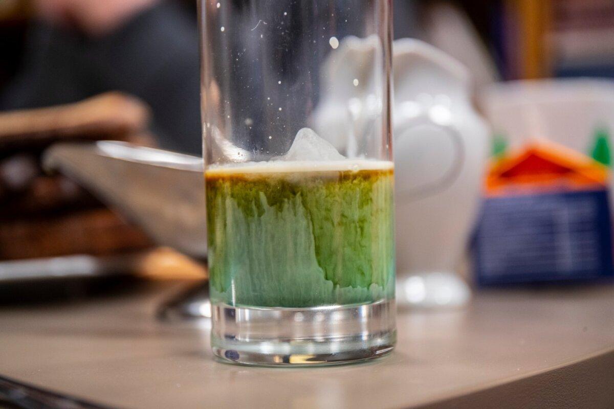 Katsetus jooki suuremasse morsiklaasi valmistada ebaõnnestus. Mis läks valesti? Ilmselt oli valamisteekond liiga pikk ja kihid hakkasid sellepärast segunema, kohv oli juba külm ja koor polnud enam nii värskelt loksutatud.