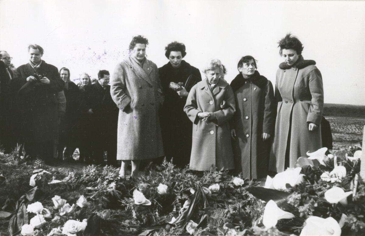 Делегация чешских евреев у братской могилы в Калеви-Лийва, 1960-ые годы. Яан Кросс был первым, кто сообщил об этих массовых убийствах.