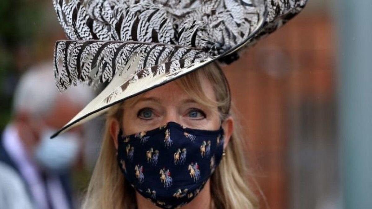 Шляпка - с перьями, маска - с лошадьми