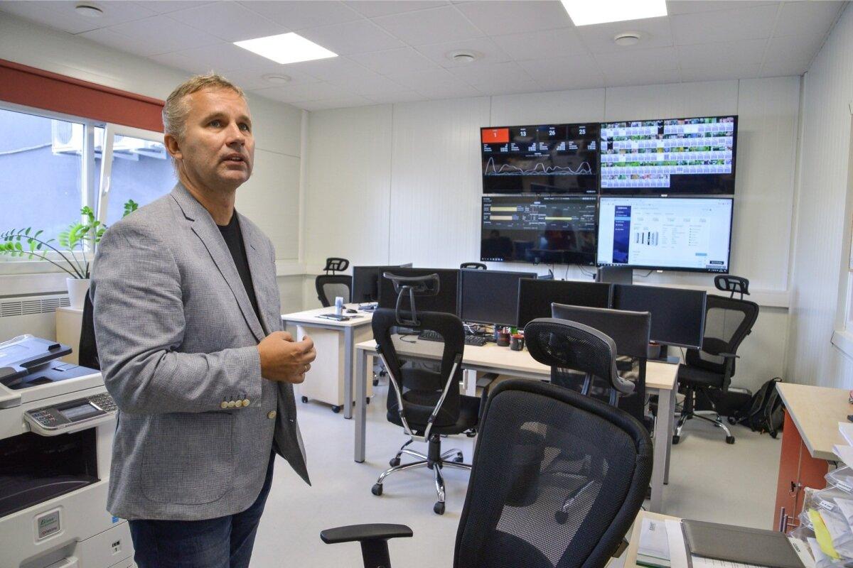 """Arno Kütt Cleveroni tehase nn kontrollruumis, kuhu jookseb reaalajas kokku info kõikide maailmas töötavate Cleveroni pakirobotite töö ja tehnilise """"tervise"""" kohta."""