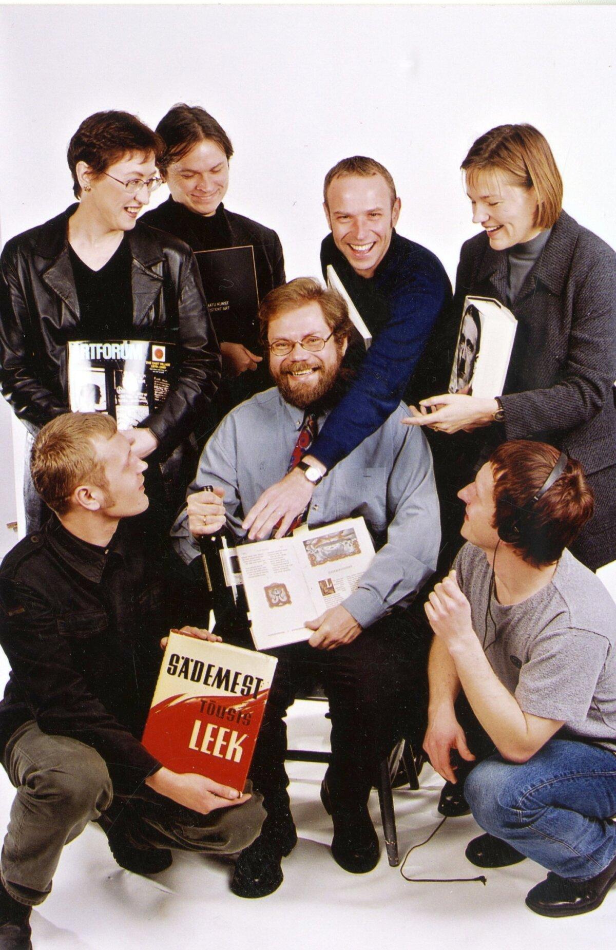 AASTA SIIS OLI 1999: Areeni toimetus koosseisus (tagareas vasakult) Heie Treier, Tõnu Kaalep (1966–2018), Harry Liivrand, Barbi Pilvre, (esireas vasakult) Marko Mägi, Kalev Kesküla (1959–2010) ja Siim Nestor.