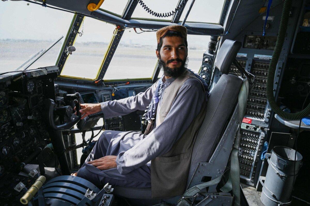 Talibani võitleja Kabuli lennuväljal Afganistani õhuvägede lennuki kokpitis.