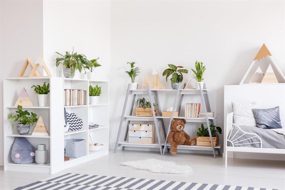 Hele ruum, elusad taimed ja lapsele sobivas kõrguses riiulid.
