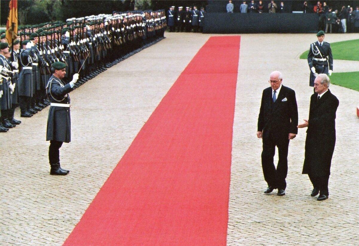SÕJAVÄELINETERVITUS2000:Karge ilma kiuste kannab Lennart Meri pintsakut, Saksamaa president Johannes Rau aga mantlit. 7. novembri hommik Bellevue lossi õues.