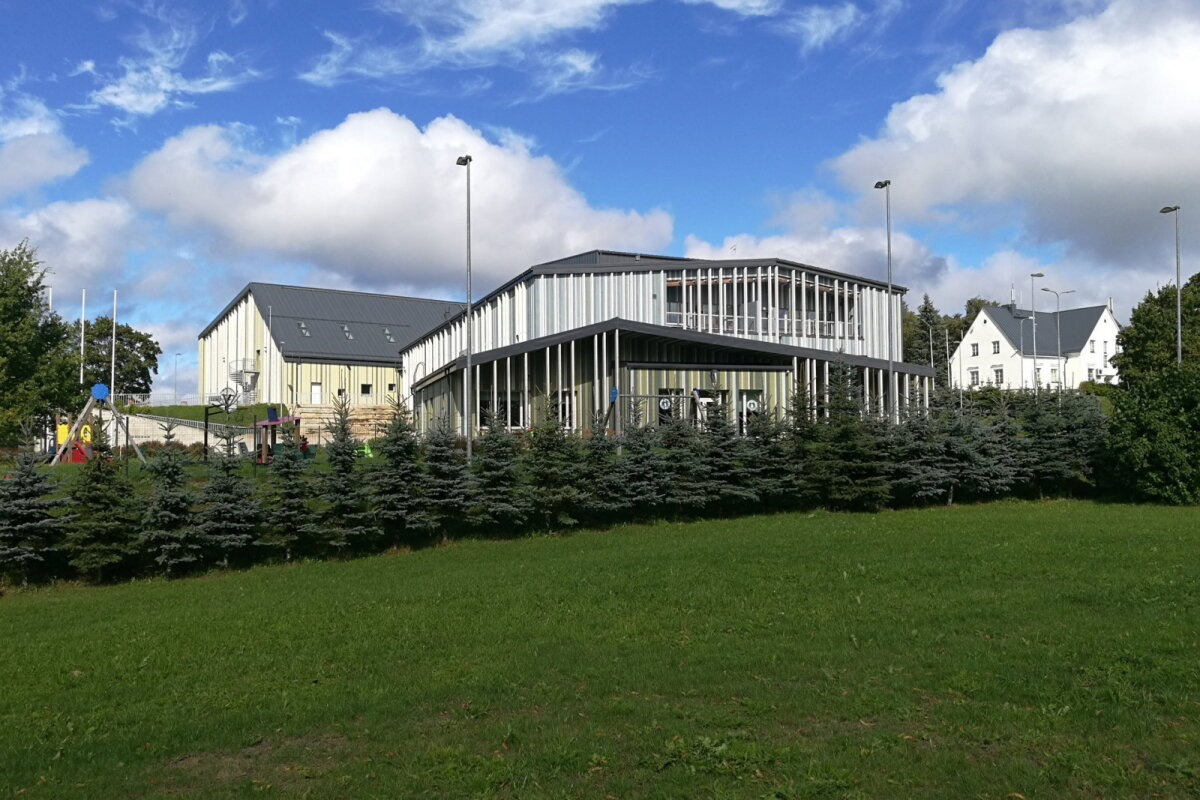 Центр Синимяэ — школа, детский сад и управа волости.