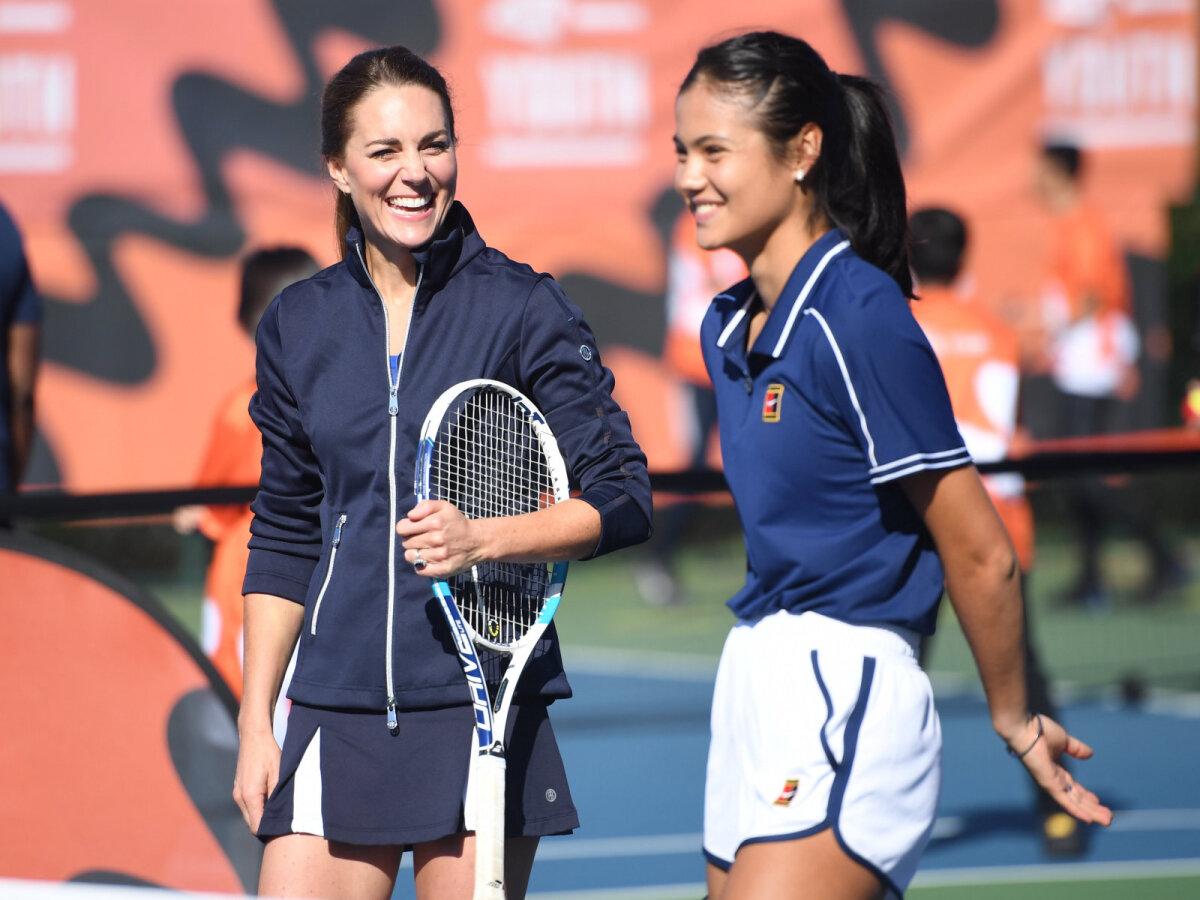 Hertsoginna Catherine tennist mängimas.