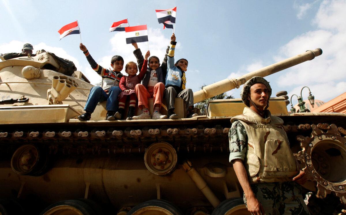 Дети фотографируются на танке напротив Каирского музея на площади Тахрир, 2011 год