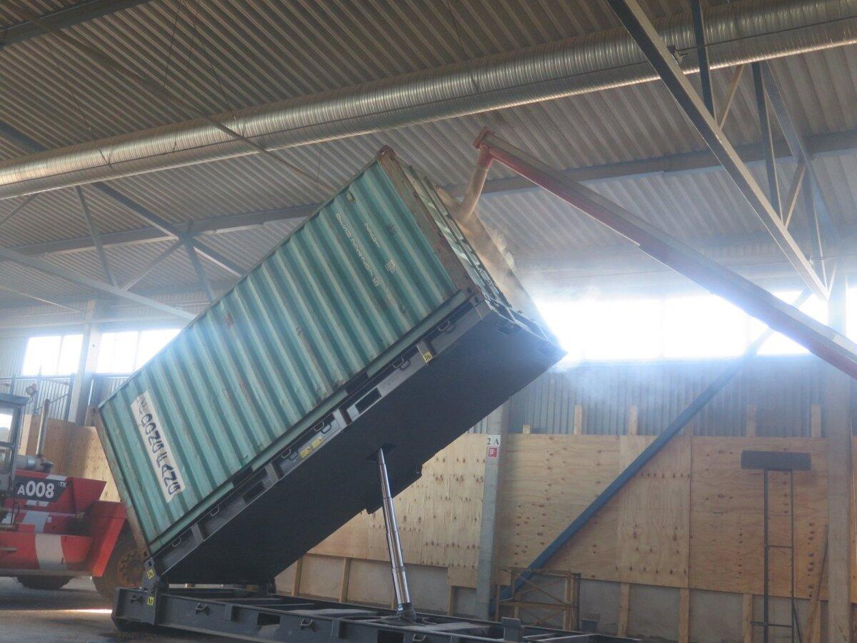 Teo abiga laaditakse vili konteinerisse.