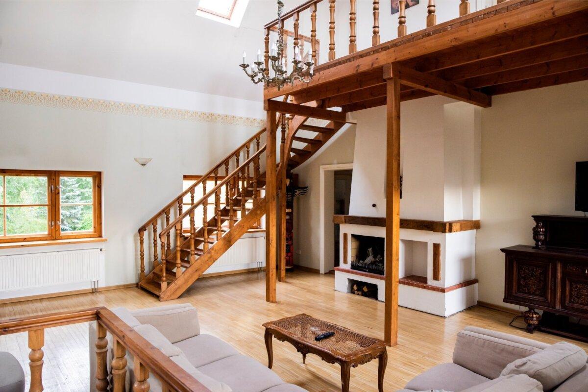 KOLMANDALE KORRUSELE ehk katusealusesse viib trepp elutoast. Uksest elutoas saab edasi veel kolme väiksemasse tuppa.