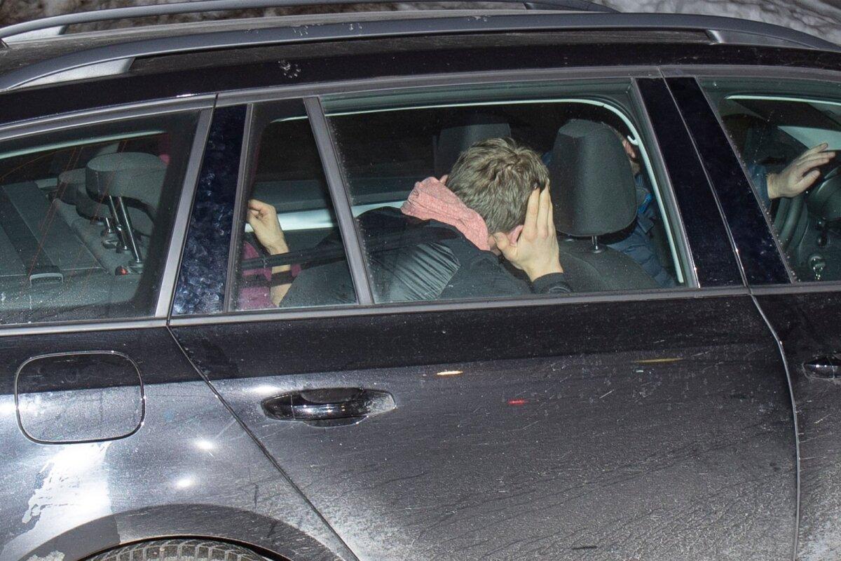 Viimane pilt, mille Delfi Andreas Veerpalust Seefeldi MM-il sai. Neljapäevaõhtune põgenemine ajakirjanike eest pärast vahi alt vabanemist, Veerpalu on tagumine, ilma kapuutsita istub kaamerale lähemal Karel Tammjärv.