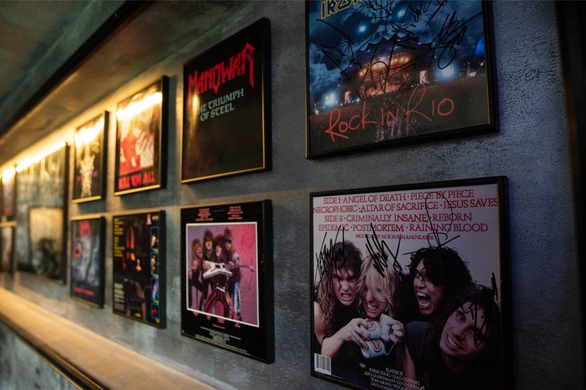 RARITEEDID Ühes valgustatud seinaorvas on eksponeeritud raamitud vinüülplaadiümbrised, millele annavad hindamatu väärtuse legendaarsete bändimeeste autogrammid ja pühendused.