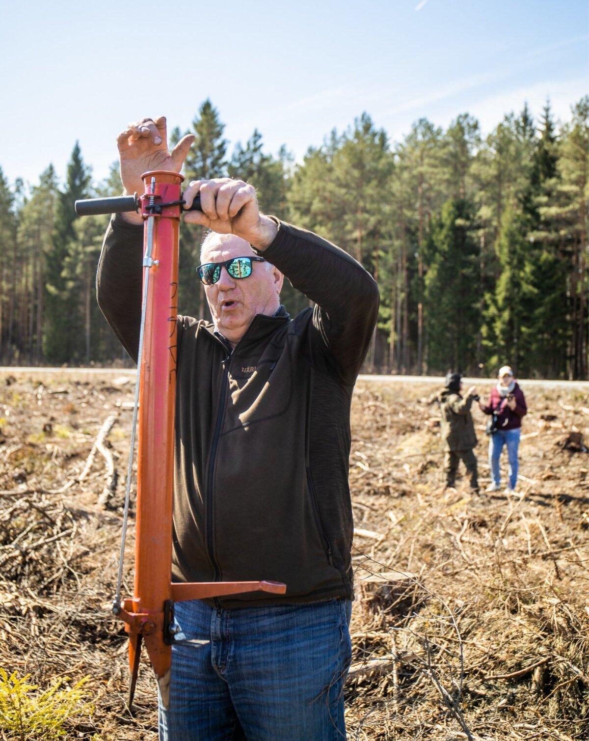 Руководитель по лесоразведению северо-восточного региона RMK Ильмар Паал показывает, как работать с посадочной трубой.