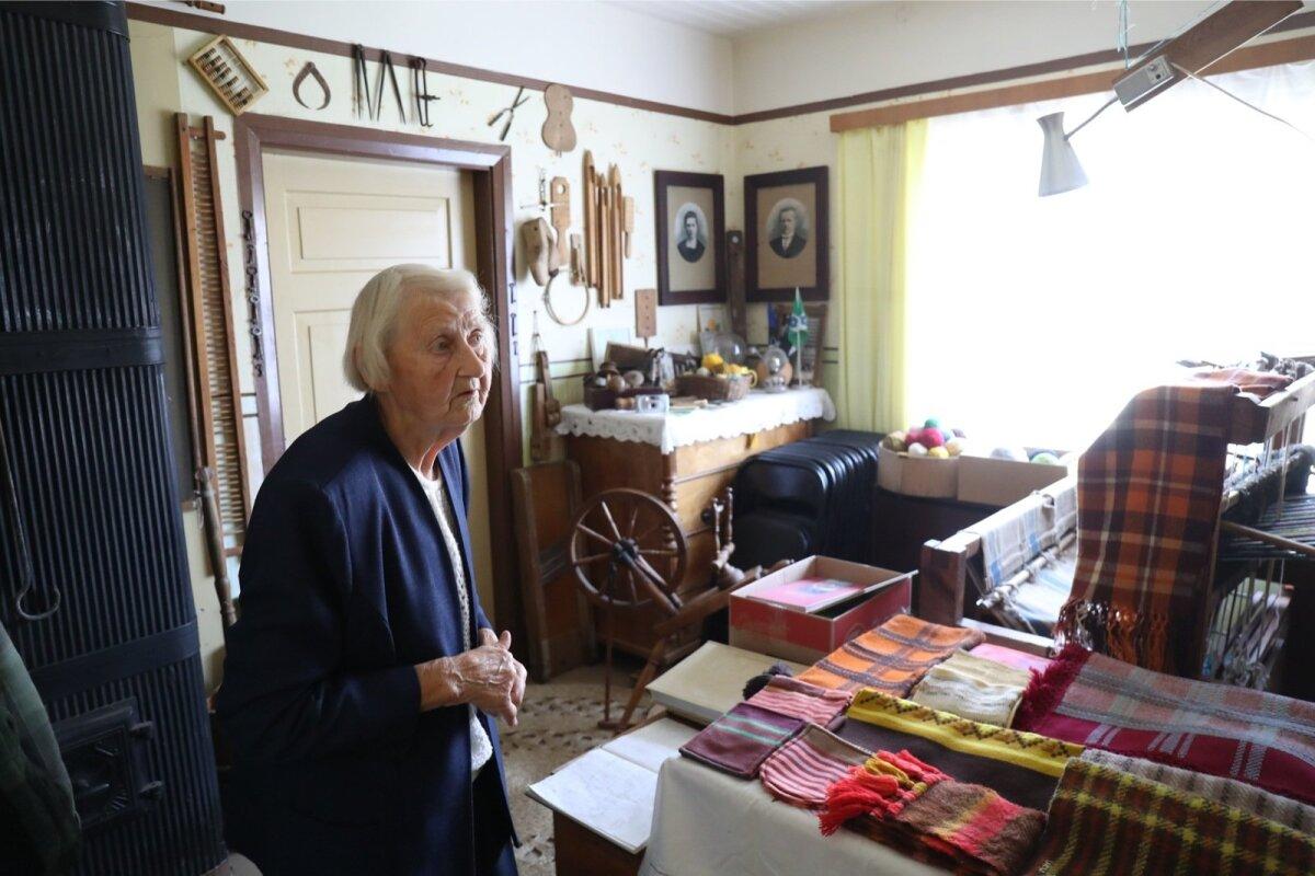 Selles toas hoiab Aino Ukus tehtud käsitööd ja toole külakoosolekute tarbeks.
