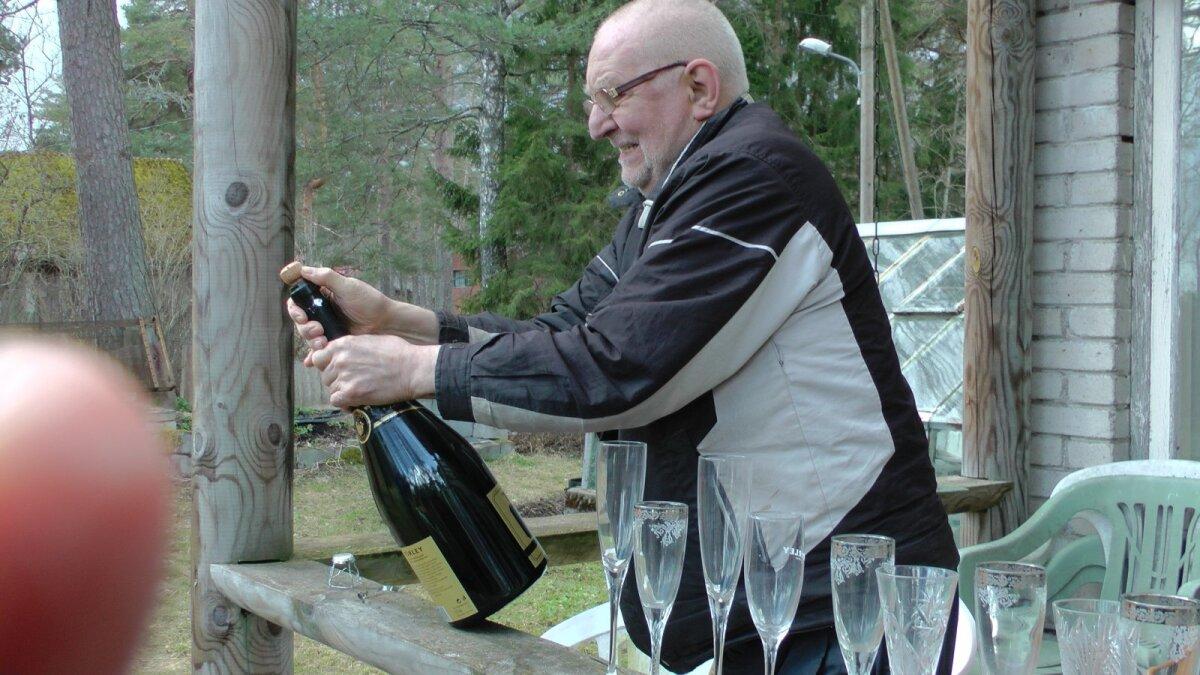 Pauku kah! Raul avamas šampanjapudelit.