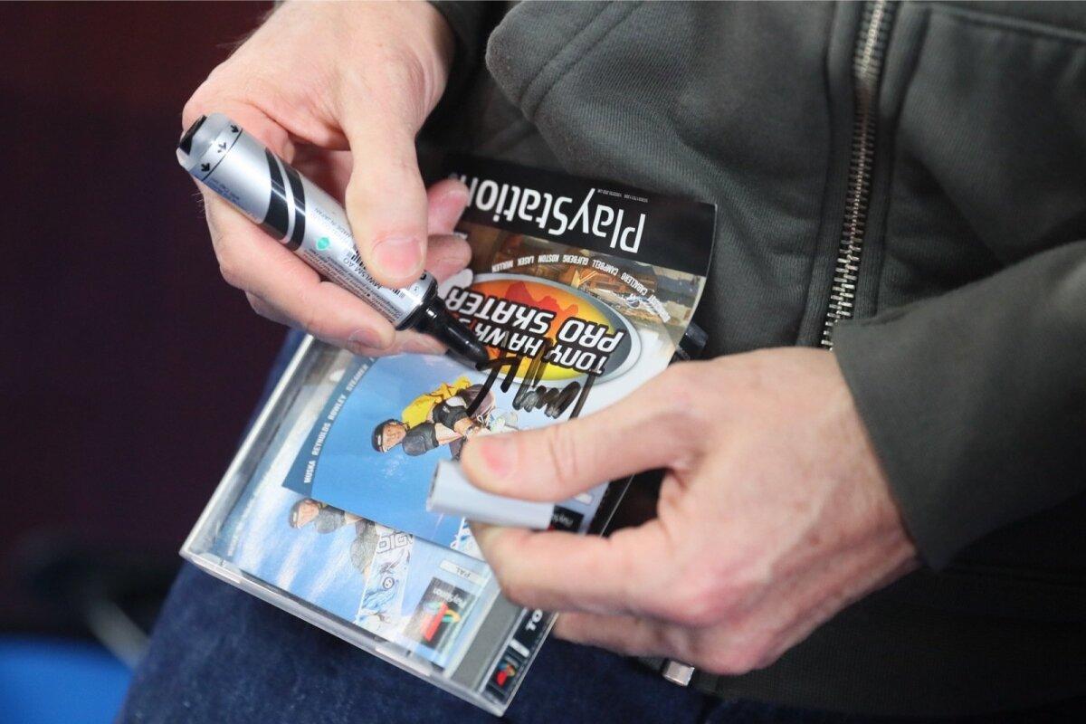 "Tony Hawk andis autogrammi ühe fänni Playstationi mängule ""Tony Hawk Pro Skater"""