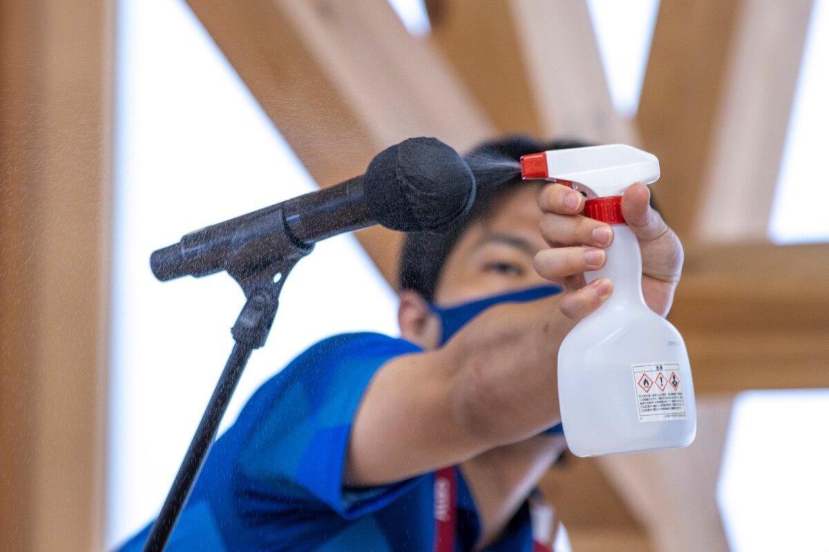Ajakirjanikud peavad sportlaste olümpiakülas küsimuse esitama statiivil seisvasse mikrofoni, mida iga küsimuse järel piserdati.