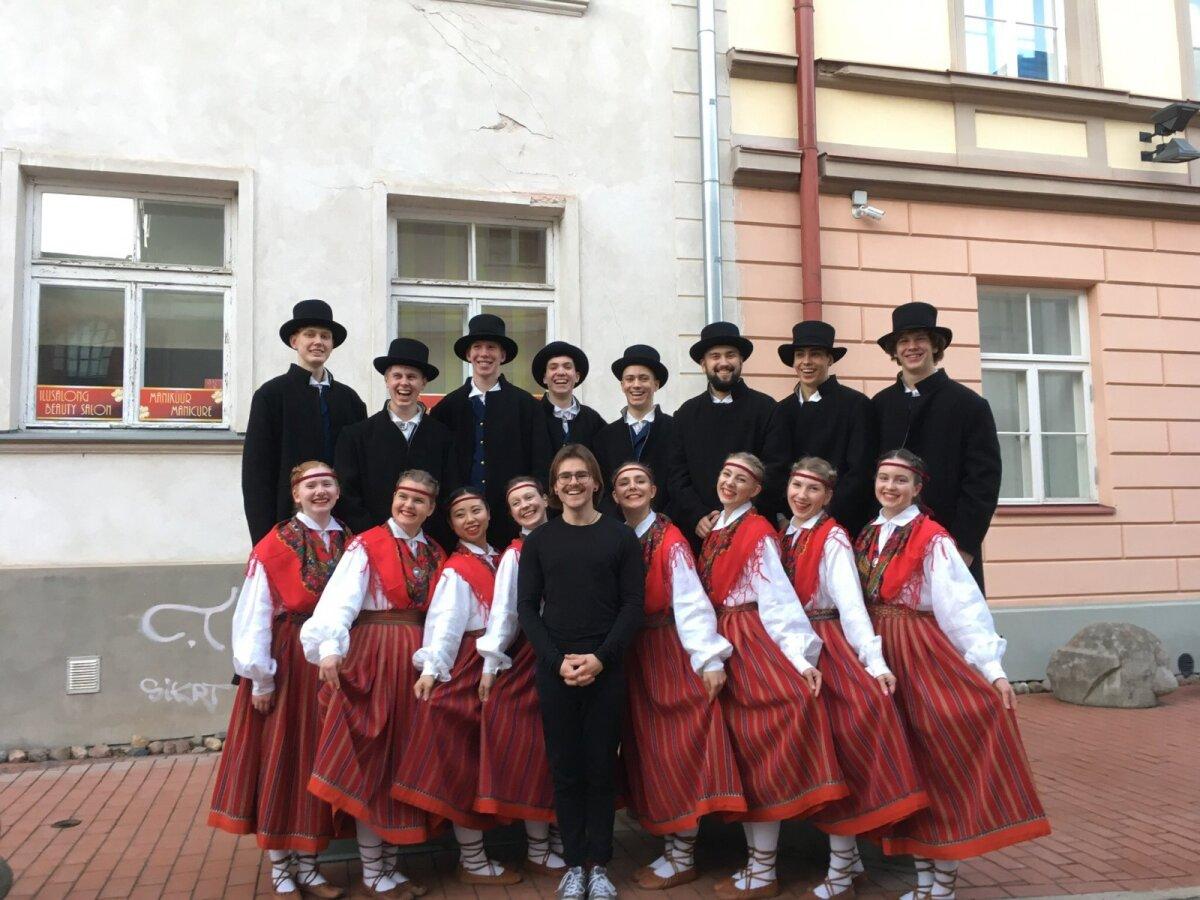Grupipildil on Murasaki vasakult kolmas tüdruk ja Florian vasakult neljas poiss. Ees juhendaja Raul Markus.