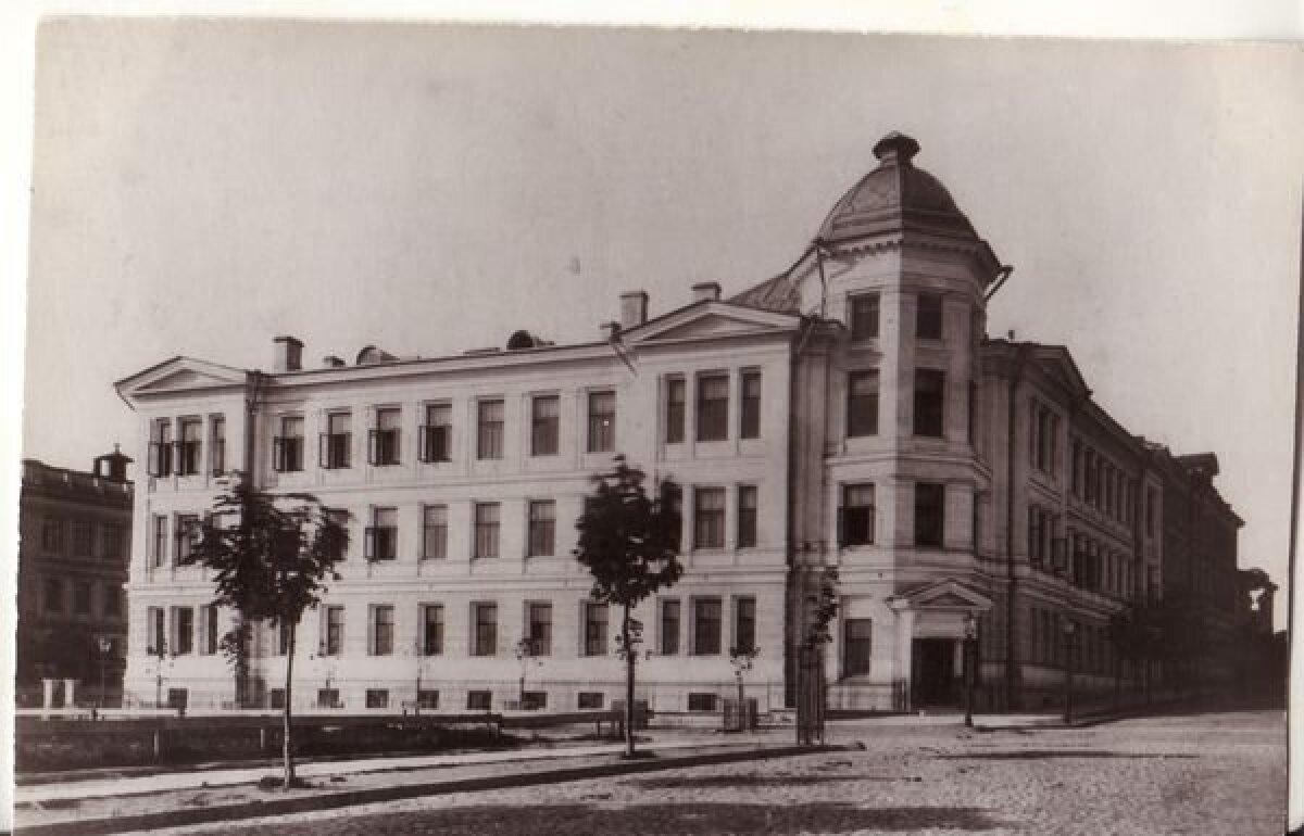 Vaade kohtumajale enne Saksa teatri ehitust 20. sajandi alguses. Tegemist on Tallinna kaunima neorenessanss hoonega, mis põles 1944. aasta märtsipommitamise ööl. Taastamise käigus sai lisakorruse.