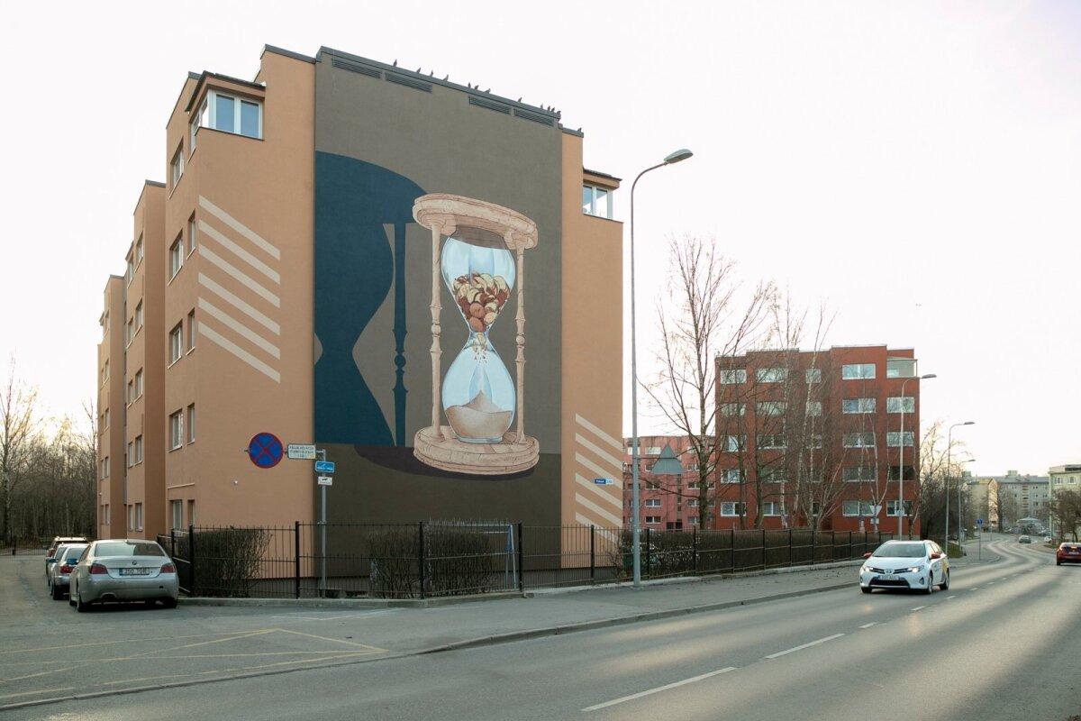 """Pallasti 34b aadressil asuvat kortermaja tänavapoolset otsaseina katab liivakella kujutav maaling. """"Liivakella"""" kavandi autor ja tegija on Andreas Luigas Finostilo OÜ-st. Seinapilt läks koos vahendite ja töötasuga maksma u 18 000 eurot."""