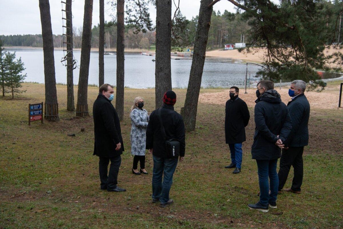 TERE, VEREVI JÄRV! TERE-TERE, JÜRI RATAS! Visiidil Lõuna-Eesti puhke- ja suvituslinna Elvasse leidis aset Jüri Ratase tervituskohtumine Verevi järvega. Järve ja Inimese kohtumist krooninud sisukas sõnavõtus toonitas Ratas kohalikele ametnikele, et Verevi järv on tuntud ujumis- ja kalastuskohana, kus toimub nii vee sisse- kui väljavool.