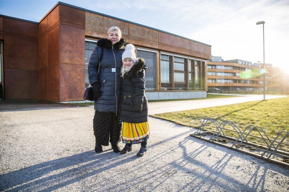 Greta koos ema Mailisega Viimsi keskkooli ees. Greta tahab juba sisse minna, et proovida, kuidas tema isetehtud laul Eestimaast läbi mikrofoni kõlab.