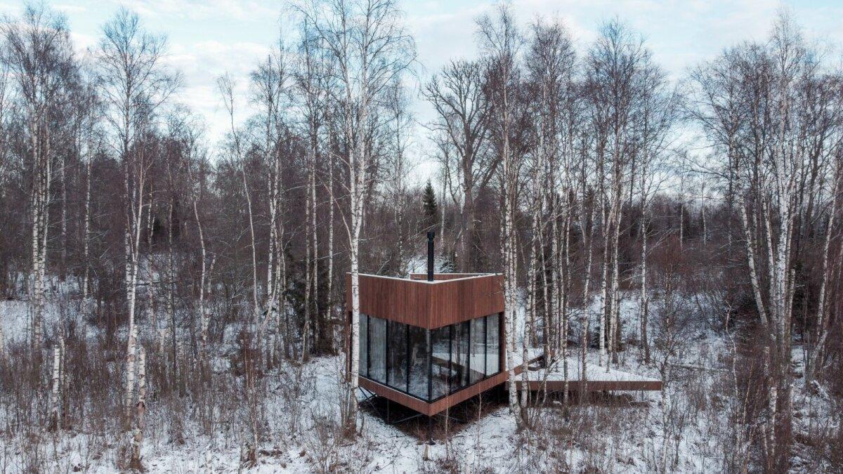Maja seisab seitsme meetri sügavusele soisesse pinnasesse kruvitud vaiadel.