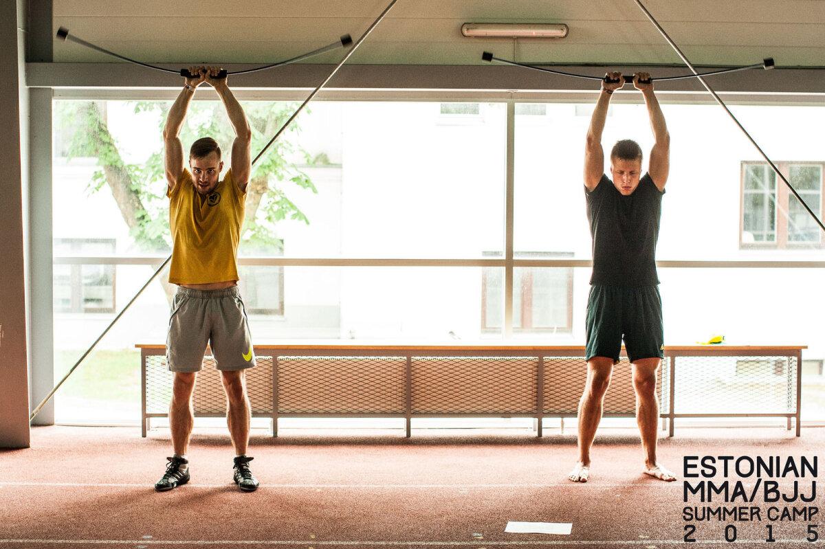 Füsioteraapia treening Pärnu treeninglaagris - harjutus õlgade stabiilsusele abivahendiga Flexi-Bar. Pildil Herman Vesiaid (vasakul) ja Andre Nael (juuli 2015).