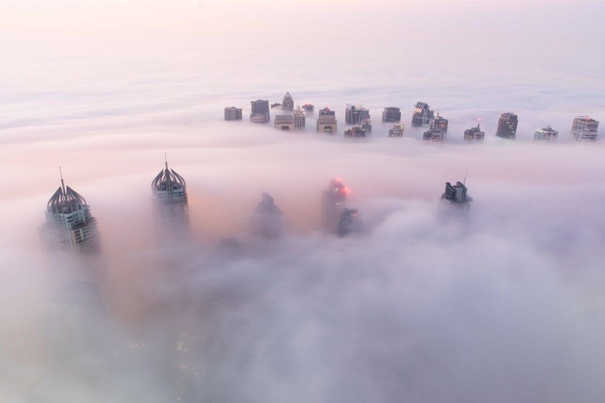 Üksikutel harvadel talvepäevadel mattub ka maailma kõrgeimate pilvelõhkujate linn Dubai katusteni paksu udu sisse. Päikesetõusu roosakas valgus annab linnavaatele veel eriti sürreaalse vahuvanni pilgu.