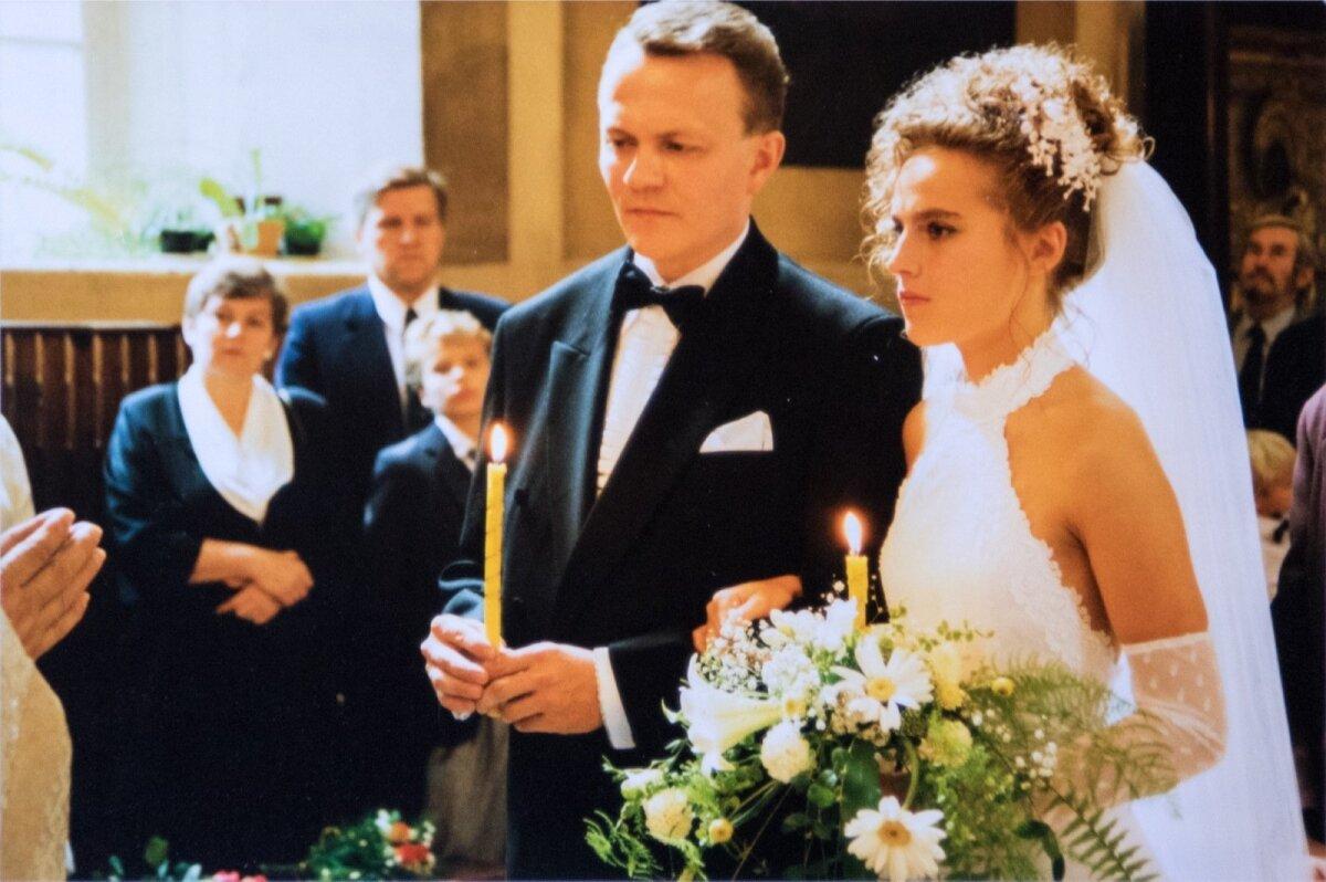 Peale New Yorgis abielu registreerimist 1994. aastal, tagasi tulles peeti ka Eestis 27.augustil kiriklikud pulmad.