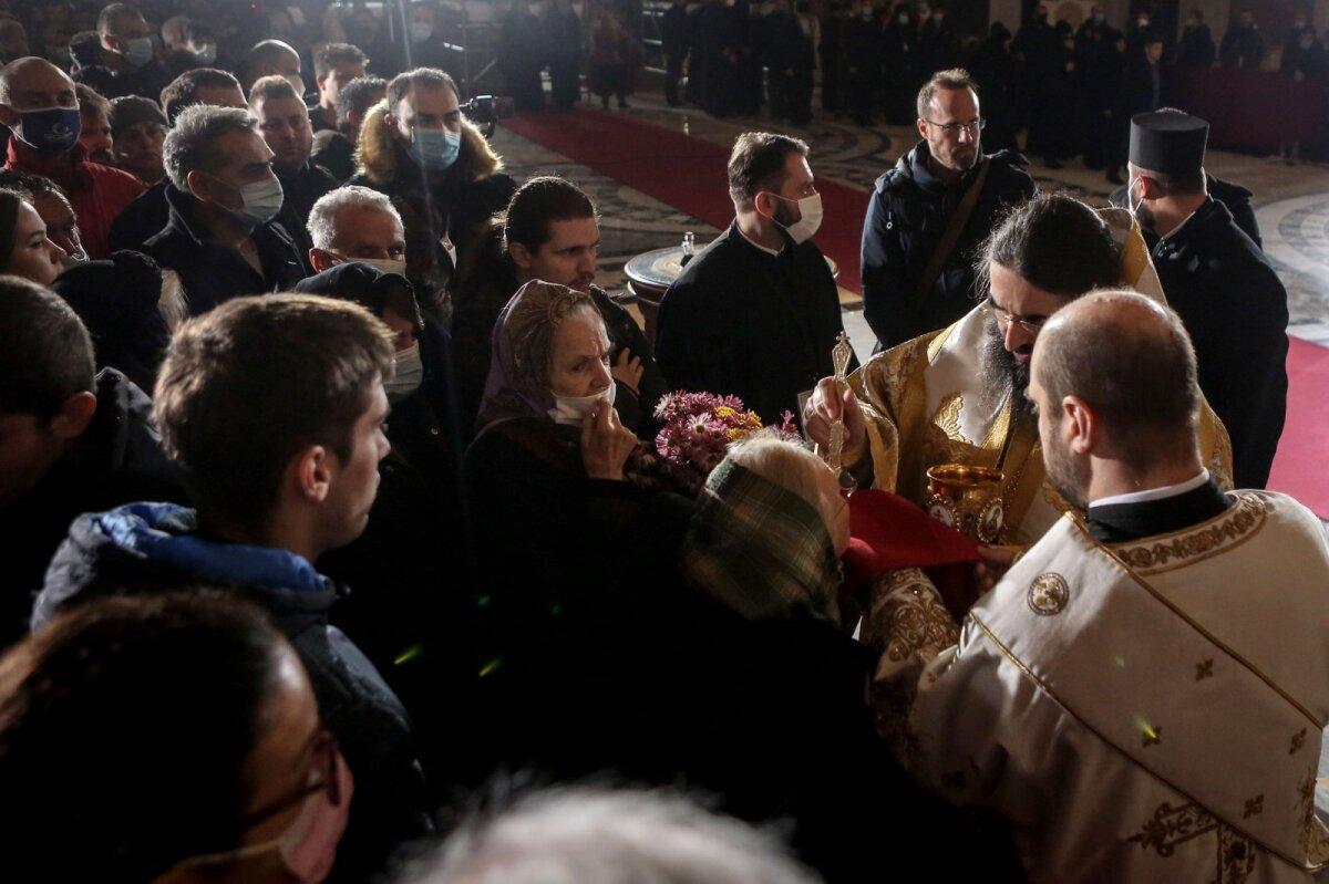 Rahvahulk patriarhi matustel armulauda saamas. Veini jagati tavakohaselt ühe ja sama lusikaga.